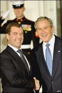Президент России Дмитрий Медведев (на фото слева) и президент США Джордж Буш в Белом доме