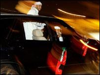 شباب اماراتيون يحتفلون بفوز فريقهم في الدمام