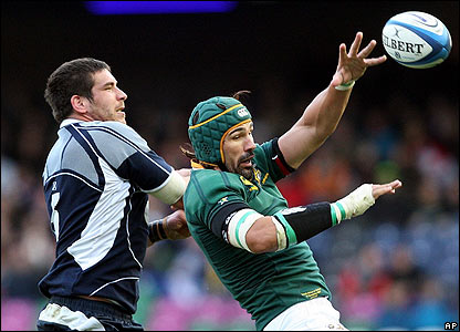 Victor Matfield wins the ball ahead of Scotland's Jim Hamilton