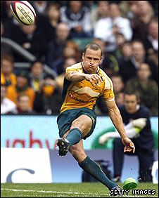 Matt Giteau kicks one of six penalties against England