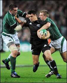 Dan Carter (centre) tries to fend off Alan Quinlan (right) and Luke Fitzgerald