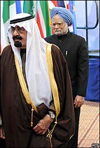 El rey de Arabia Saudita, Abdulá bin Abdelaziz (izq.) y Manmoahn Singh