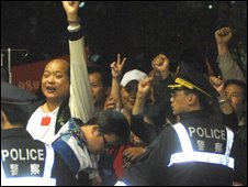 Taiwanese police hold back Chen supporters outside the Far Eastern Memorial Hospital in Panchiao