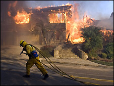Firefighter and burning house in Yorba Linda, Orange County - 15/11/2008