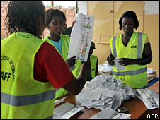 Members of National Electoral Commission count ballots in Bissau (16 November 2008)