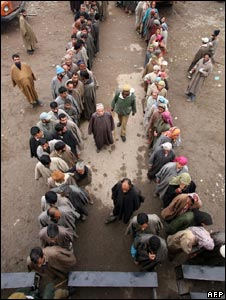 Voters queue outside a polling station in Ajas, in Bandipora constituency in Indian-administered Kashmir on November 17, 2008