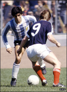 Maradona faces up to Scotland striker Kenny Dalglish