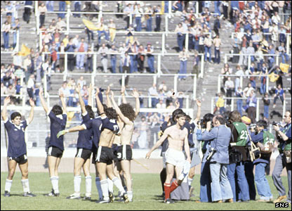 Maradona (far left) salutes the Hampden crowd after Argentina's friendly victory