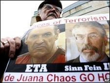 Protester oppsing Eta and Sinn Fein outside court - pic AP
