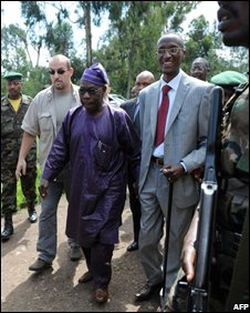 Nigerian President Olusegun Obasanjo (c) with Laurent Nkunda (r)