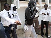 Dos jóvenes acusadas en Ghana de traficar cocaína hacia Gran Bretaña.
