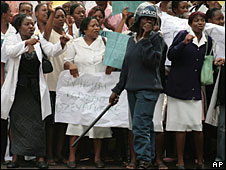 Health workers outside the Parirenyatwa hospital in Harare, 18 November 2008