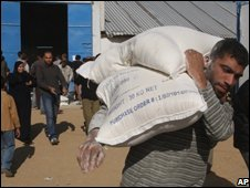 Palestinian man carrying UN aid - photo 17 November