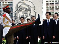 Hu Jintao watches the wreath laying in Revolution Square in Havana, Cuba