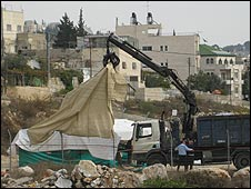 Crane removes Kurd family protest tent (19.11.08)