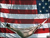 Человек в гамаке на фоне флага США