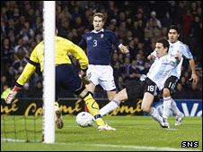 Maxi Rodriguez scores for Argentina against Scotland