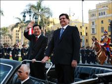 Chinese President Hu Jintao in a motorcade with Peruvian President Alan Garcia, 19 Nov 2008.