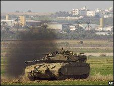 Israeli tanks on Gaza border (17 Nov 08)
