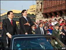 President Hu Jintao (left) and Preident Alan Garcia (right) travel through Lima on 19 November