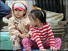 Vietnamese children in Hanoi (4/11/2008)