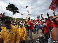Chavista y opositores se encuentran en una misma calle.
