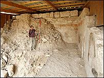 Arqueólogo mide la altura de una de las cámaras