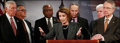 Nancy Pelosi, l�der de la C�mara de Representantes, flanqueada por otros miembros del Congreso