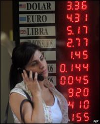 Женщина у обменного пункта в Буэнос-Айресе