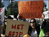 Empleados de las AFJP protestan frente a la Casa Rosada
