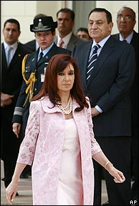 Cristina Fernández, presidenta de Argentina, pasa frente a su par egipcio, Hosni Mubarak