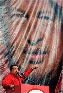 Hugo Chávez, presidente de Venezuela, hablando frente a un gigantesco afiche con su rostro