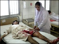 A paramedic treats one of the wounded in Dera Ismail Khan, 21 Nov 2008