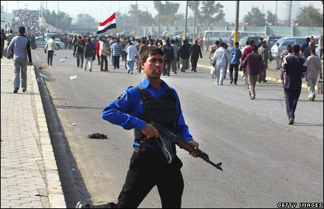 An Iraqi policeman at the demonstration in Baghdad (21/11/2008)