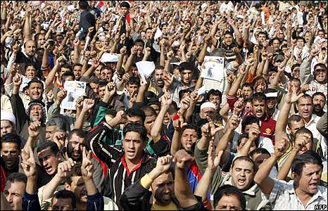 People shout slogans at a demonstration in Baghdad, Iraq (21/11/2008)