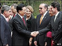 El presidente chino, Hu Jintao, saluda al canciller de Costa Rica, Bruno Stagno