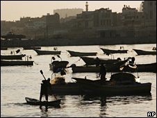 Palestinian fishermen bring their nets in at sunrise in Gaza City (26 May 2008)