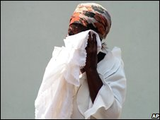 A relative weeps at the funeral of cholera victims in Harare, 6 November 2008