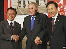 Taro Aso (L), George W Bush (centre) and Lee Myung-bak in Lima, Peru - 22/11/2008