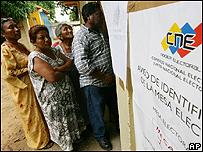 Electores en una población indígena en Venezuela