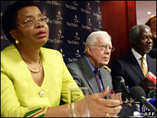 Graca Machel, Jimmy Carter and Kofi Annan hold a news conference in Johannesburg, 24 Nov