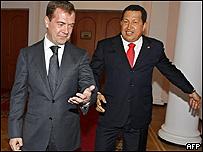 Dmitri Medvedev (izq.) y Hugo Chávez  (Foto de archivo)