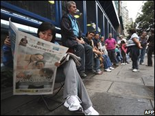 Voters wait in line at a polling station in Caracas, 23 November 2008