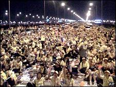 Protesters block the road to Bangkok's Suvarnabhumi airport (25 November 2008)