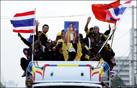 Anti-government protesters are transported in a truck toward to Suvarnabhumi airport