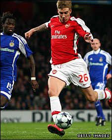 Nicklas Bendtner slides home Arsenal's late winner