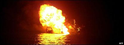 سفينة الصيد وهي تحترق