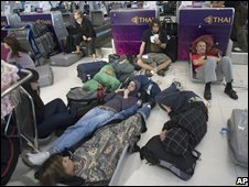 Stranded tourists at Bangkok airport, 26 November 2008
