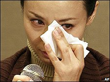 South Korean actress Ok So-Ri cries as she speaks to the media (October 2008)