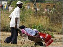 مواطن من زيمبابوي ينقل مصابا بالكوليرا إلى مستشفى بهراري (25/11/2008)